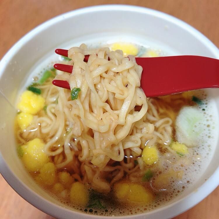 チキンラーメン屋台の焼き鳥味のカップ麺にお湯をいれてできあがった状態